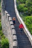 一个楼梯的游人在长城 库存图片