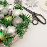 一个欢乐圣诞节安排人为分支,在篮子的玻璃球 图库摄影
