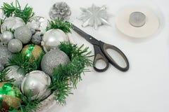 一个欢乐圣诞节安排人为分支,在篮子的玻璃球 库存图片