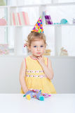 一个欢乐帽子的小女孩 免版税库存照片