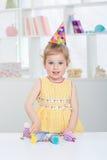 一个欢乐帽子的小女孩 库存图片