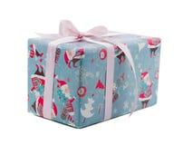 一个欢乐礼物盒,在与圣诞老人印刷品的纸和有一条桃红色丝带的 查出在白色 免版税库存照片