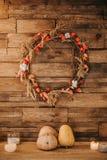 一个欢乐花圈装饰木头墙壁用南瓜 库存照片