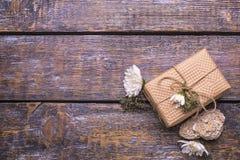 一个欢乐集合-有礼物的一个箱子,在木老背景的白花 免版税图库摄影