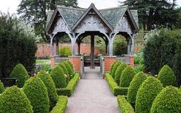 一个正式英国环境美化的庭院 免版税图库摄影