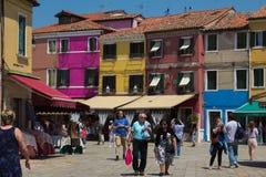 一个正方形的五颜六色的房子与人在一个晴天在Burano 库存照片