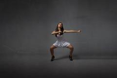 一个武术姿势的女孩 图库摄影