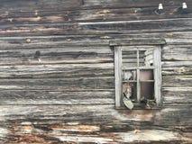 一个死的村庄 老被放弃的被毁坏的房子 日志大厦 免版税库存图片