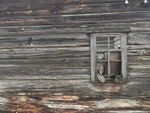 一个死的村庄 老被放弃的被毁坏的房子 日志大厦 库存照片