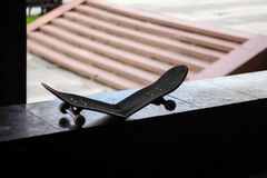 一个残破的滑板的剪影在台阶旁边的 库存图片