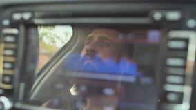 一个残酷有胡子的人驾驶汽车以球员的音乐波浪为背景 影视素材