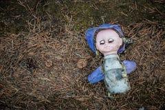 一个残破的玩偶 免版税库存图片