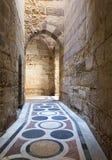 一个段落在一个老清真寺在老开罗 库存照片