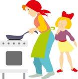 一个母亲和一个女孩在厨房里 免版税图库摄影