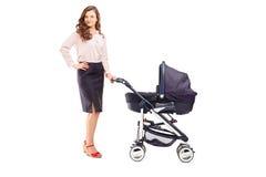 一个母亲的全长画象有婴儿推车的 免版税库存照片