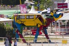一个母牛雕塑的照片从老汽车的在著名供选择的(夏天) Tollwood节日分开 库存照片