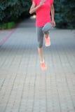 一个母赛跑者的跑鞋特写镜头 跑和体育生活 免版税库存图片
