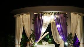 一个每夜的婚礼的装饰,许多蜡烛 股票视频