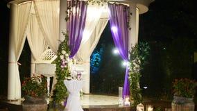 一个每夜的婚礼的装饰,许多蜡烛 股票录像