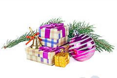 一个毛皮树分支和一个篮子与圣诞节球在白色b 免版税图库摄影