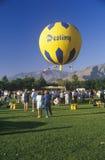 一个气球在飞行中在棕榈泉,加利福尼亚的哥顿班奈特气球种族期间 库存照片