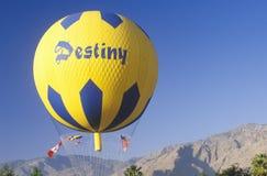 一个气球在飞行中在棕榈泉,加利福尼亚的哥顿班奈特气球种族期间 库存图片