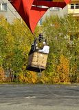 一个气球的长平底船有三名浮升员的结束地面并且开始上升 免版税库存图片