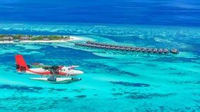 一个水上飞机接近的海岛的鸟瞰图在马尔代夫 免版税库存照片
