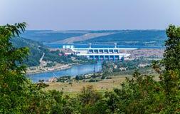 一个水力发电站的水坝在德诺尔河的,供给许多区域把电 Novodnistrovsk 免版税库存图片