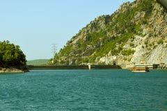 一个水力发电站的水坝 从绿色峡谷的水区域的看法 免版税库存照片