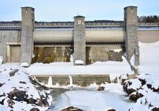 一个水力发电plantin冬天的水坝在芬兰,伊马特拉 免版税图库摄影