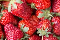 一个水多的成熟草莓的宏观图片 库存图片