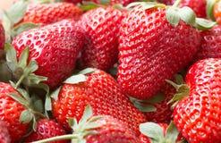 一个水多的成熟草莓的宏观图片 图库摄影