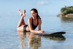 一个水橇板的美女在海洋 免版税库存照片