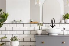 一个水盆的真正的照片在碗柜的在卫生间内部w里 免版税库存照片