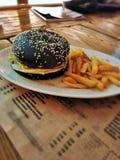 一个汉堡用一个黑小圆面包 免版税库存照片