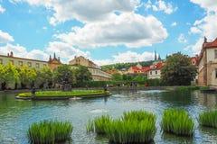 一个池塘在Wallenstein庭院里在有一个大理石喷泉的布拉格有赫拉克勒斯和女游泳家雕象的  免版税图库摄影