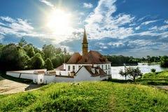 一个池塘的岸的小修道院宫殿在一个公园在Gatchina 免版税库存图片