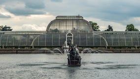 一个池塘的看法有喷泉的 库存照片