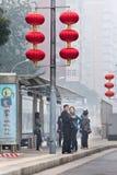 一个汽车站的人们在烟雾覆盖了北京,中国 免版税库存照片