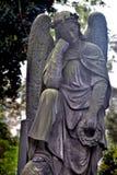 一个沉思天使的雕象 免版税库存图片