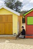 绘一个沐浴的房子的艺术家在Dendy街海滩,布赖顿在墨尔本 免版税图库摄影