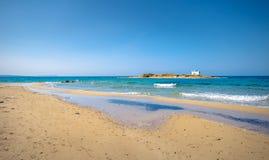 一个沙滩和一个老白色教会的一个惊人的摄影看法的典型的夏天图象小isl的 免版税库存照片