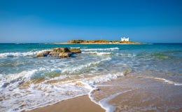 一个沙滩和一个老白色教会的一个惊人的摄影看法的典型的夏天图象小isl的 库存图片
