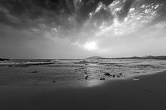 一个沙滩的看法在一个刮风的天气的 库存图片