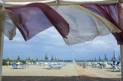一个沙滩通过帐篷 免版税库存照片