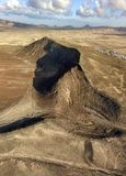 一个沙漠风景的鸟瞰图在兰萨罗特岛,加那利群岛,西班牙海岛上的  曾于市和法马拉村庄的山  免版税图库摄影
