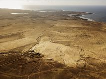 一个沙漠风景的鸟瞰图在兰萨罗特岛,加那利群岛,西班牙海岛上的  沙漠背景,纹理 海和海洋 免版税图库摄影