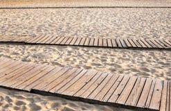 一个沙滩的木板走道 免版税库存图片