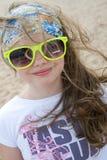 一个沙滩的背景的小女孩 免版税库存照片